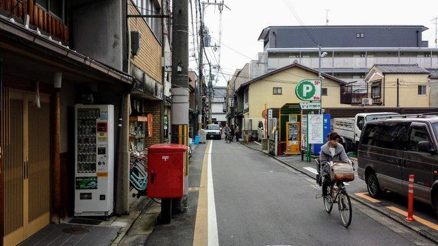 Ragazza in bici a Kyoto