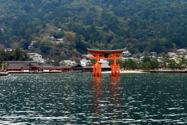 Visita a Miyajima: il torii fluttuante del santuario di Itsuskushima