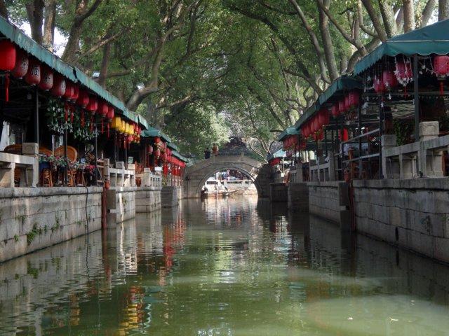 La zona dei tre ponti di Tong Li, con il grande canale fiancheggiato da alberi