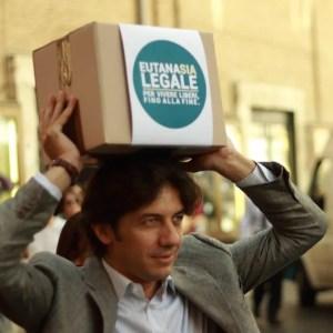 """L'attivista Marco Cappato promuove la campagna """"Eutanasia Legale"""" lanciata dall'Associazione Luca Coscioni"""