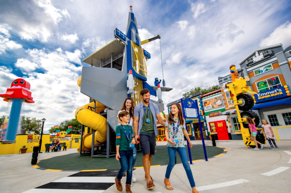 Veterans discounts LEGOLAND Florida: image of a mom, dad and two kids enjoying LEGOLAND