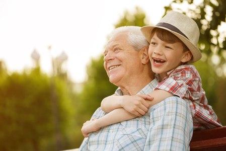 סבא ונכד שמחים