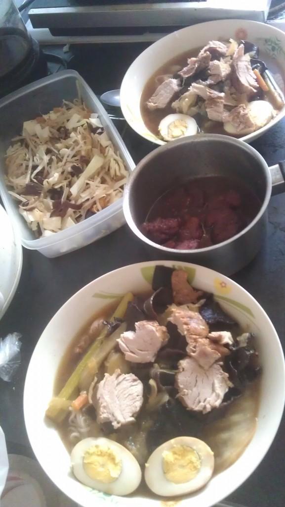 ramen, porc au caramel, salade de choux chinois