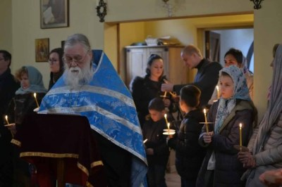 Priest Antony Bardsley leads the Akathist to the Theotokos before the Kursk-Root Icon in Mettingham.