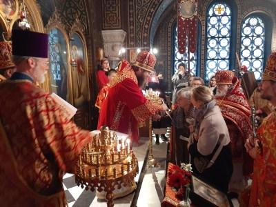 Presenting benedictory gramotas to faithful parishioners