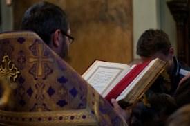 Ks. Jerzy Łukaszewicz czyta jedną z siedmiu części Ewangelii