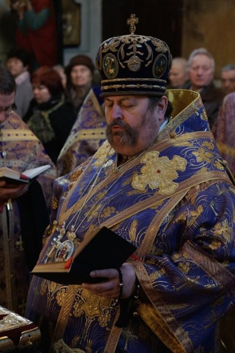 Władyka Abel czyta modlitwę