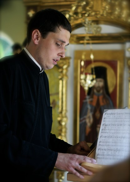 Psalmista czyta modlitwy w czasie Liturgii