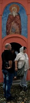 Wierni wychodzą z monasterskiej cerkwi po zakończeniu Boskiej Liturgii