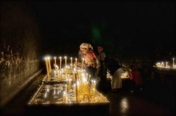 Pielgrzymi stawiają świece ofiarne