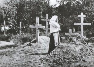 Szlak bieżeńców znaczyły naprędce wykopane mogiły - 1915 r.