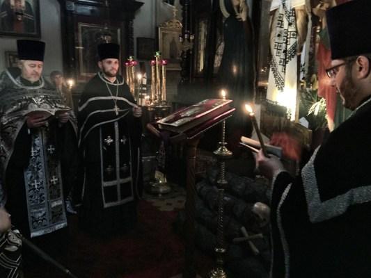 Zamknięta Ewangelia na anałoju sygnalizuje rychły koniec nabożeństwa