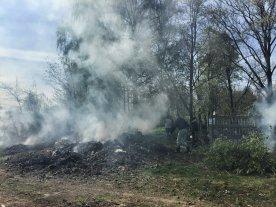 Porządki na cmentarzu obejmowały również spalenie starych śmieci