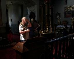 Uczestnik warsztatu kontempluje piękno wnętrza lubelskiej świątyni katedralnej