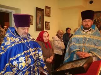 Duchowni z wiernymi we Włodawie