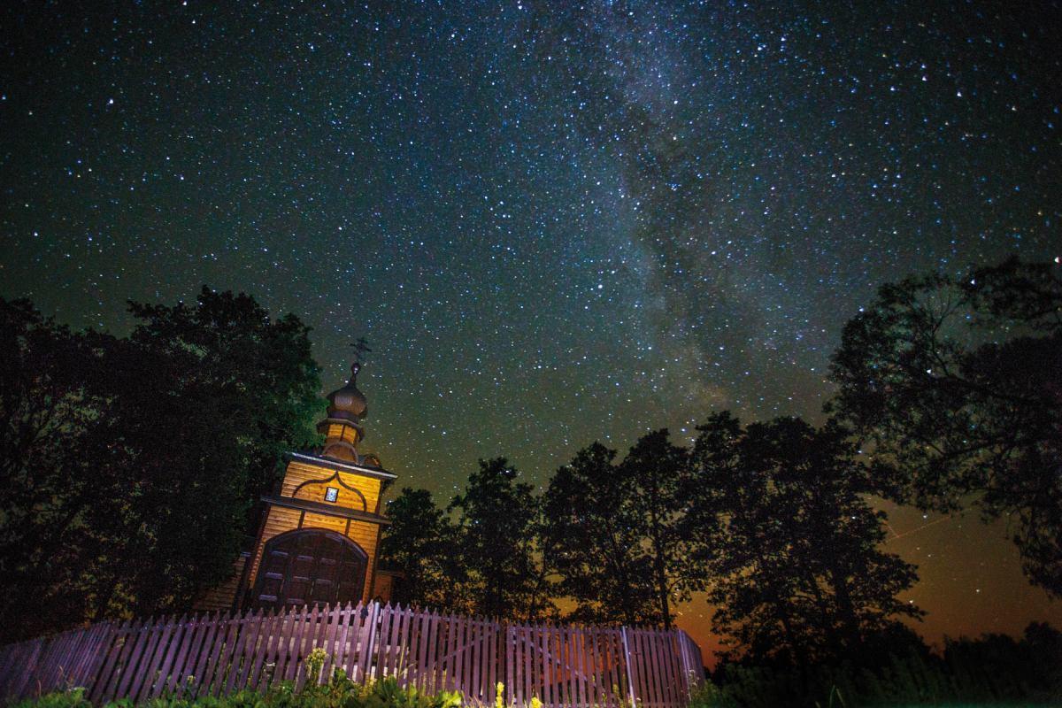 Niebo gwiaździste nad monasterem w Jabłecznej