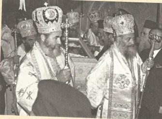 Από την τελετή ανακομιδής των λειψάνων του Αγ. Γεωργίου Ιωαννίνων (1971). Διακρίνονται (από αριστερά και σε πρώτο πλάνο) οι Μητροπολίτες Δρυϊνουπόλεως Σεβαστιανός και Ιωαννίνων Σεραφείμ