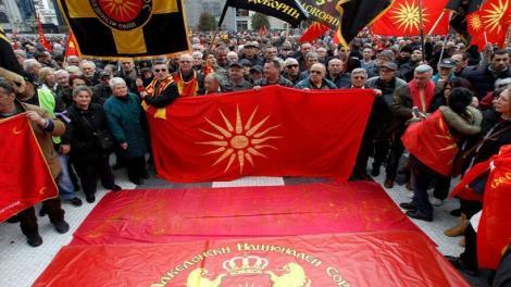 Σκοπιανό: Στην πυρά ελληνικές σημαίες στα Σκόπια (φωτό, βίντεο)