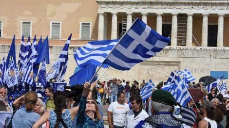 Συλλαλητήριο στο Σύνταγμα: «Κάτω τα χέρια από τη Μακεδονία» φωνάζουν εκατοντάδες πολίτες