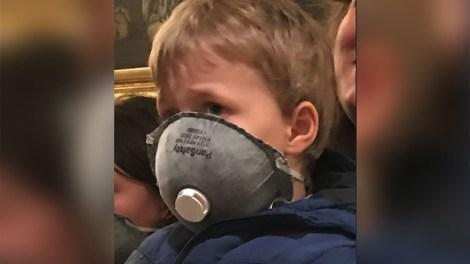 Συλλαλητήριο για τη Μακεδονία: Viral στο ίντερνετ η φωτογραφία του μικρού με τη μάσκα
