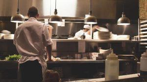 Απλά και χρήσιμα κόλπα για την κουζίνα που μόνο οι σεφ γνωρίζουν