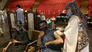 Επαρχία στο Πακιστάν απειλεί να κόψει το τηλέφωνο σε όσους δεν θέλουν να εμβολιαστούν