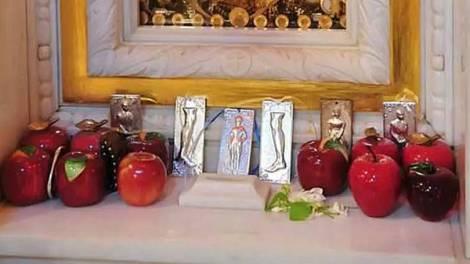 Αγία Ειρήνη Χρυσοβαλάντου : Σήμερα αγιάζονται τα μήλα της ατεκνίας