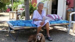 Μέσα στις στάχτες και τα αποκαΐδια η 92χρονη στη Βαρυμπόμπη