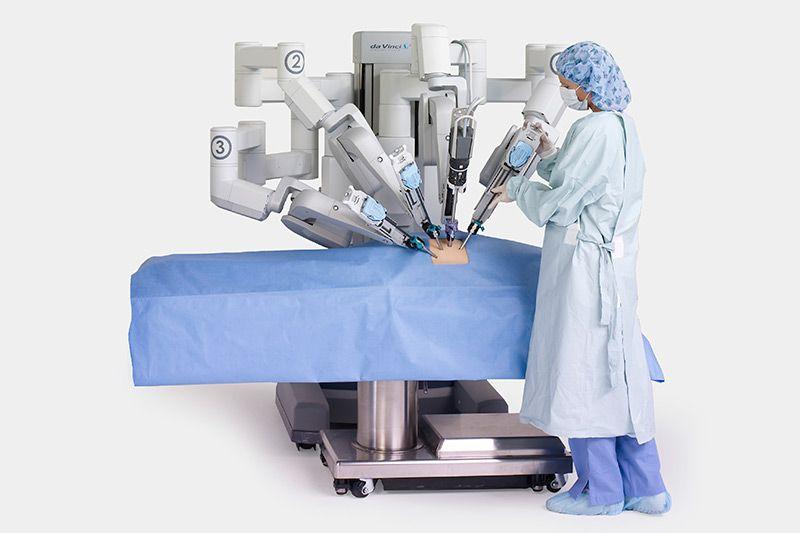 da-vinci-surgical-robot-with-nurse-compressor