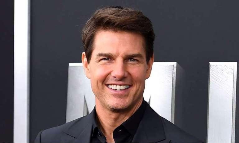 Tom Cruise uśmiechnięty po skończonym leczeniu ortodontycznym