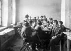 """Elevele Școlii de fete """"Domnița Ileana"""" în pauza de masă"""