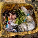 copil în tomberon 160x160 Lângă noi trăiesc zilnic Îngeri