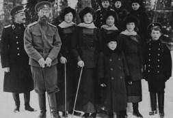 2-Membrii-familiei-__mp__r__te__ti.-B__iatul-din-dreapta-__mbr__cat-__n-marinar-mo__tenitorul-tronului-Alexei-Nicolaevici-b__iatul-din-mijloc-fiul-lui-V.Derevenco-Nicolae-1913