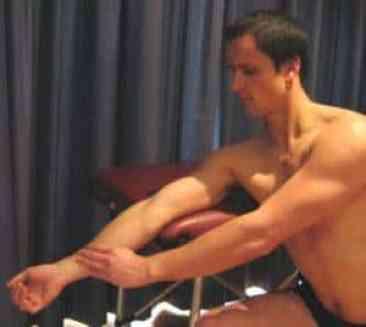 Exercício de alongamento para o cotovelo na Tendinite do bíceps distal