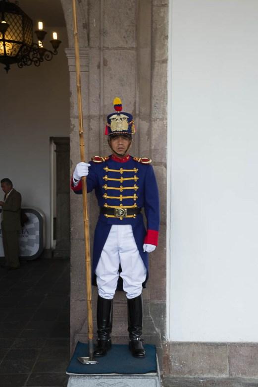 Wache vor dem Präsidentenpalast - Quito