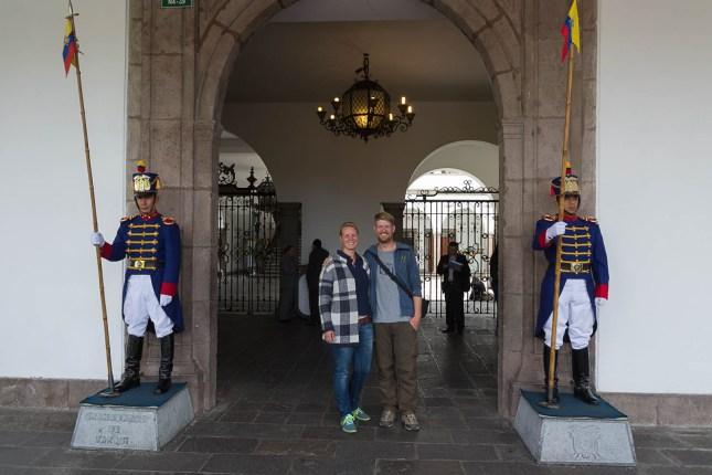 Wir mit Wachen vor dem Präsidentenpalast - Quito