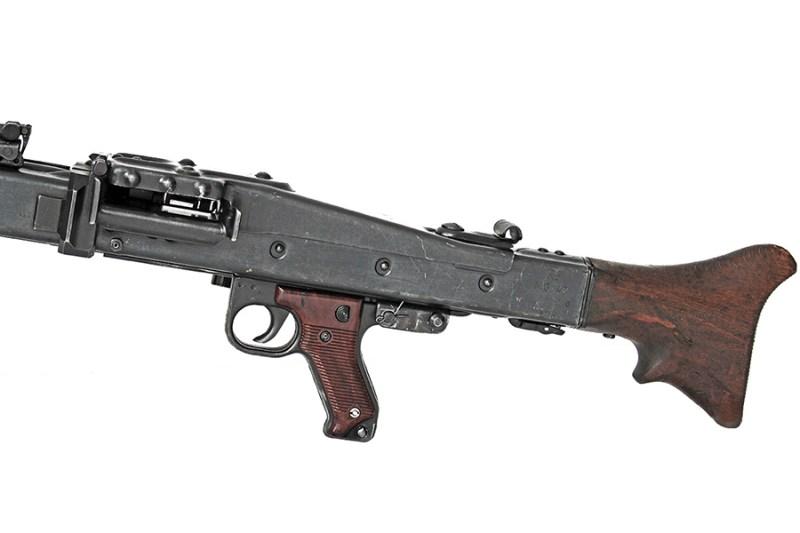 "Detalji nemačkog MG-42 - oznake: ''NC'' – godins proizvodnje 1944; ''MG-42'' – Maschinengewehr 1942; ''swd'' – fabrika ""Maget"" (Maget, Maschinen- und Gerätebau Tegel GmbH)."