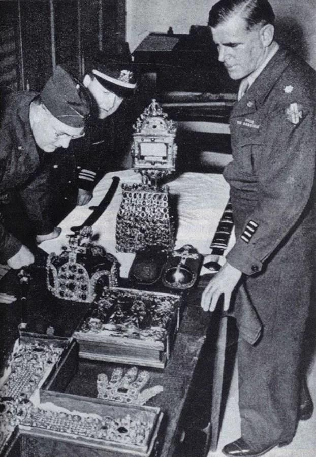 Americki vojnici vracaju regalije i sveto koplje u Bec 1946