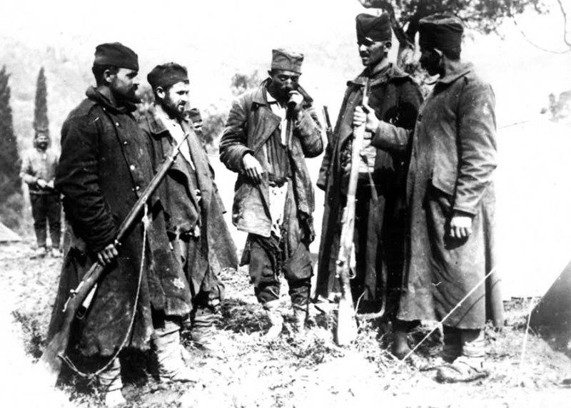 Grupa vojnika srpske vojske neposredno po dolasku na Krf, 1916.g. Borci su sa sobom preko Albanije preneli i svoje trolinejke M1891/10. Kako je autor snimka poručnik Dragiša M. Stojadinović, verovatno su u pitanju borci XIII pešadijskog puka Timočke divizije I poziva. ( VM, R-1086)