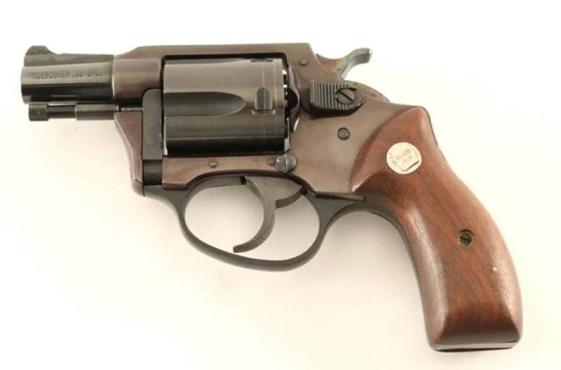 Prvenac Charter Armsa, Undercover, cal. 38 Special, kapacitet 5 metaka. Podseca na Smith & Wesson, M 36, ali je konstrukcija znacajno drugacija.