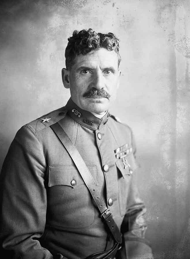 General Amos Fris - komandant U.S. Chemical Warfare Service.