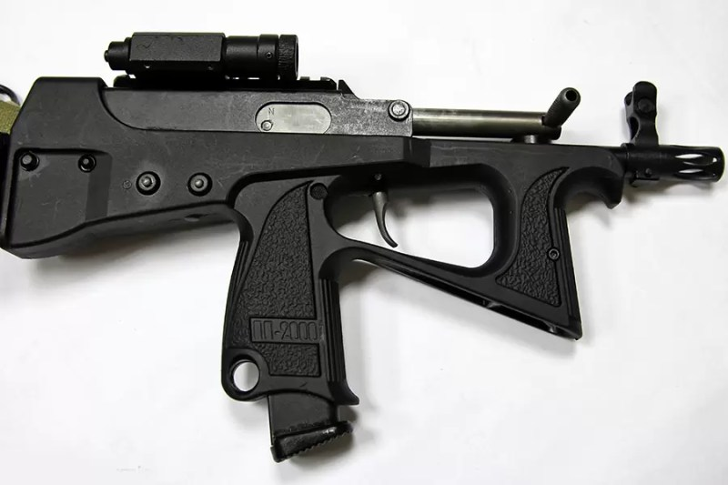 Desna strana PP-2000 sa ručicom zatvarača u položaju za desnu ruku. Foto Vitalij V. Kuzmin