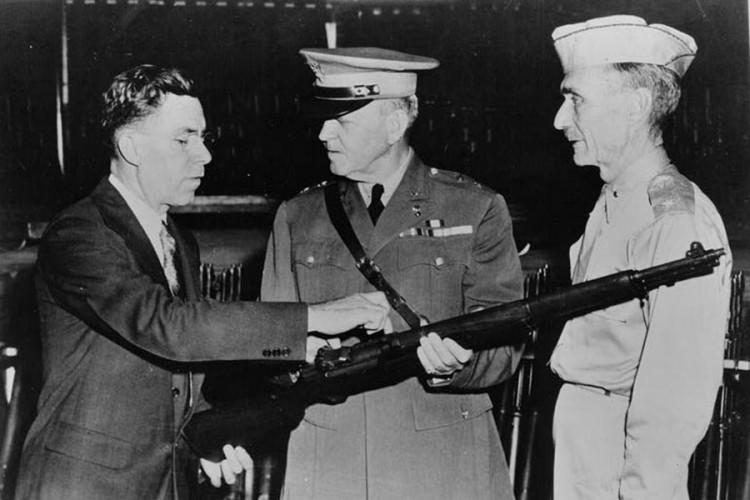 Dzon Garand predstavlja svoju konstruk ciju američkim vojnim zvaničnicima