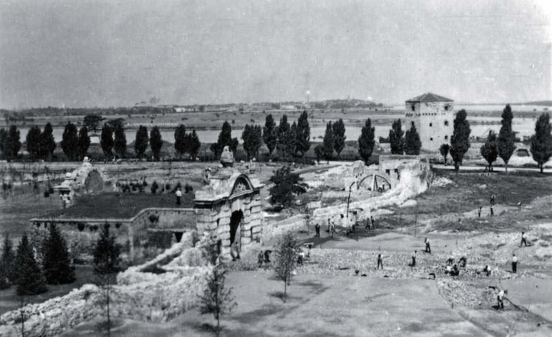 Čišćenje terena kod kapije Karla VI, 1942. Arhiv Narodnog muzeja
