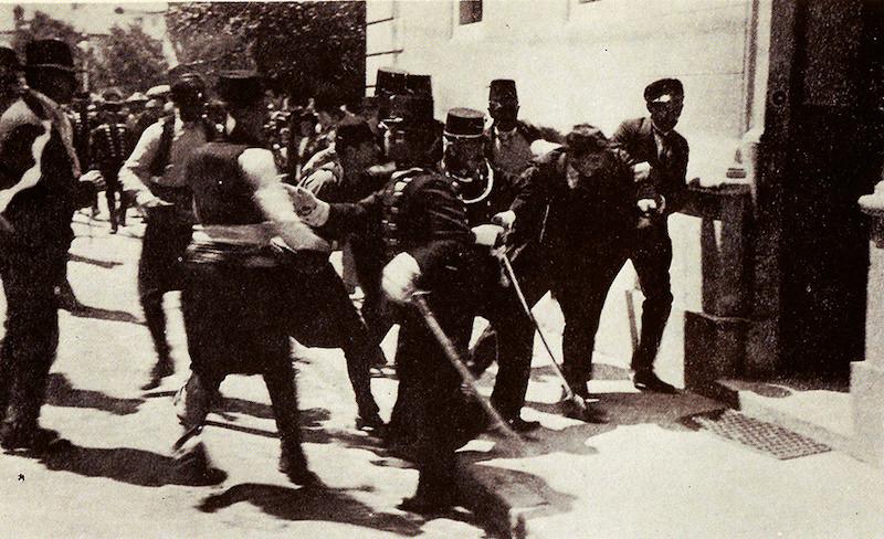 Istorijska greška – u većini izvora se navodi da je na slici trenutak hapšenja Gavrila Principa. U suštini, kamera je zabeležila hapšenje Ferdinanda Bera, koji je pokušao da pomogne Principu.