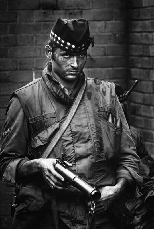 Britanski vojnik u Severnoj Irskoj 1972, naoružan Schermuly pištoljem