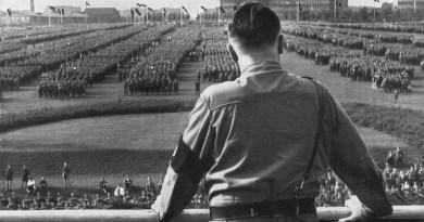 hitler_reviewing_troops