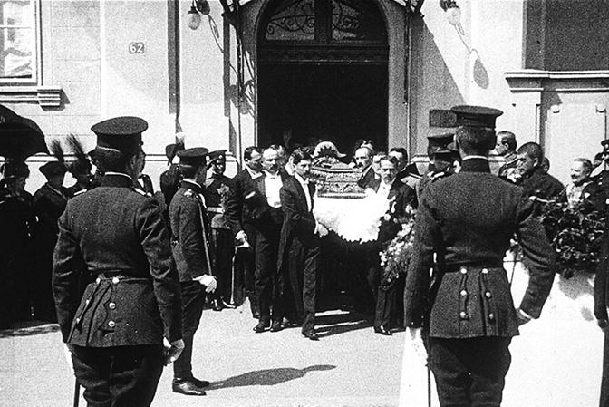 Iznošenje kovčega sa telom Nikolaja Hartviga iz Ruskog poslanstva, 14. juli 1914. (Foto Privatna arhiva B. Bogdanovića)