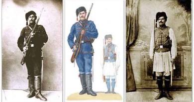 Nocni strazari naoruzani puskama i pistoljima Francotte-Blaznavac -Jabuka pistolja vidna u futroli ispod levog pazuha