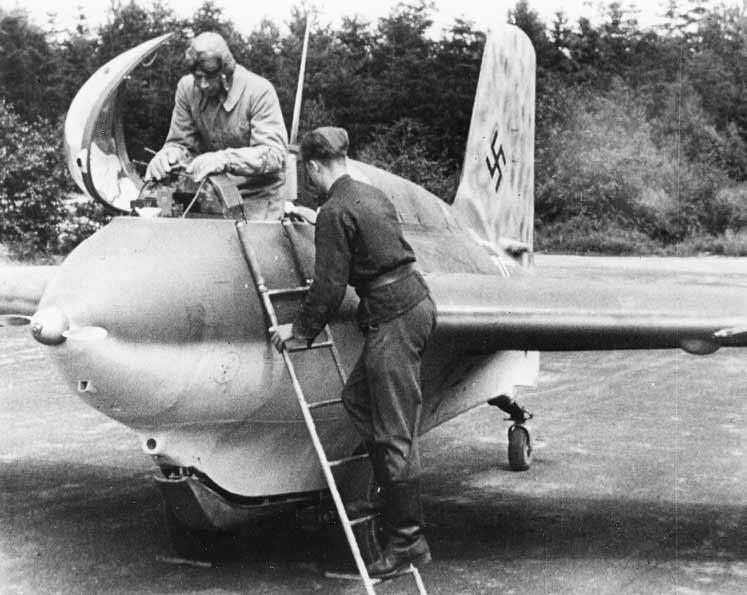 Me-163B Komet je lovac veoma specifične konstrukcije, trup je bio zdepast sa velikim razmahom krila. Kabina pilota je bila veoma uzana. Konstrukcija aviona je bila predviđena za visoke podzvučne brzine